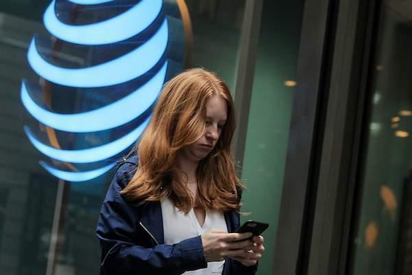 La pandemia sigue golpeando los ingresos globales de AT&T en el tercertrimestre