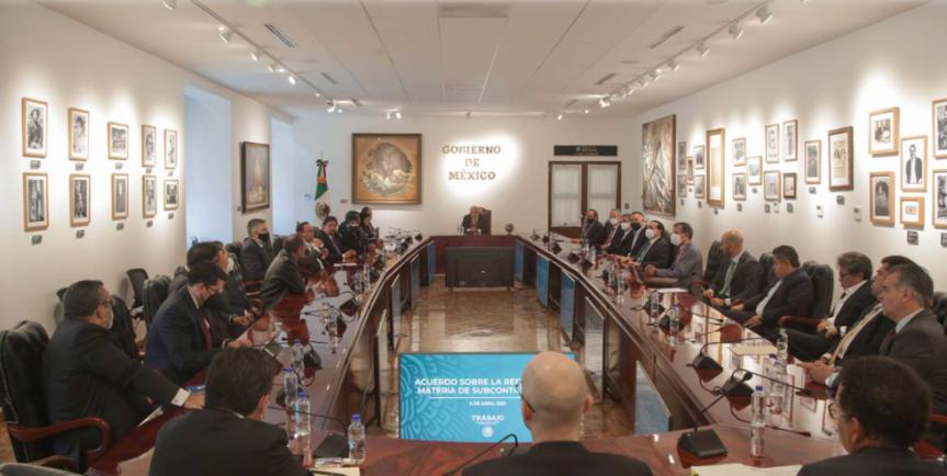 """AMLO anuncia """"importante acuerdo"""" sobre outsourcing y reparto deutilidades"""