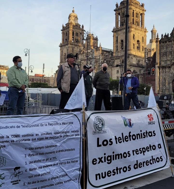 Miembros del sindicato de telefonistas se manifiestan en PalacioNacional